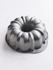 fluted bundt pan